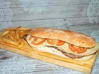 Sándwich de lomito con tomate y queso provolone