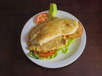Sándwich de suprema con lechuga y tomate