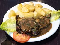 Carne al horno a la provenzal con papas al horno encebolladas y morrón