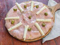 Pizza de muzarella, jamón y palmitos