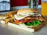 Burger tom chicken + papas fritas + bebida en lata