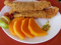 Filet de merluza a la milanesa con guarnición