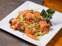 Fetuccini al huevo con vegetales salteados y salmón curado