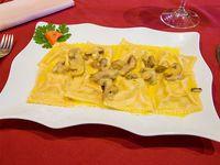 Raviolones jamón crudo con crema de champignones