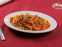 Spaghetti al pomodoro con albahaca