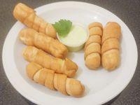 Seis Tequeños rellenos de queso llanero + Rica crema de ajo con perejil