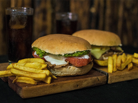 Combo Duo - 2 Sándwiches a elección + papas fritas (2 porciones) + 2 bebidas 350 ml + postre a elección