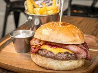 Cheese & Bacon Burger + papas + bebida 220 ml