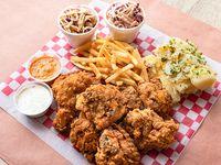Pollo Frito - 8 Piezas con Dos Ensaladas de Repollo y Dos Acompañamientos a Elección