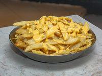 Porción de papas fritas con cheddar