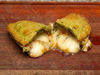 Empanada capresse en masa de espinaca