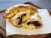 Empanada de muzzarella,  panceta y ciruela (PA)