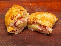 Empanada de jamón, queso y huevo (JH)