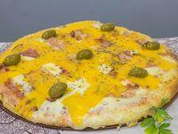 Pizza con panceta y cheddar