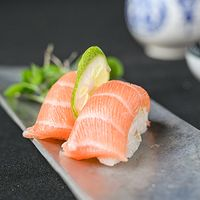 Nigiri salmón (2 piezas)