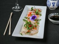 Tiradito de pesca blanca con salsa kiki (10 piezas)