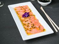 Tiradito de salmón con salsa de maracuyá (10 piezas)