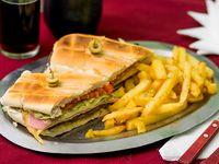Sandwich especial de milanesa con papas fritas