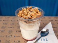 Yogurt con granola y frutos del bosque