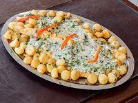 Filete de merluza a la fiorentina con papas españolas