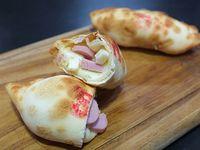 Empanada de salchicha, queso y huevo