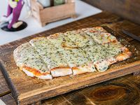 Medio metro de pizza con muzzarella