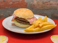 Hamburguesa simple con papas fritas