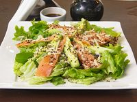 Ensalada de salmón ahumado con hojas verdes y palta
