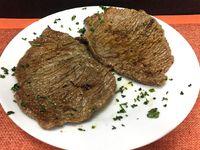 Churrascos de carne con guarnición
