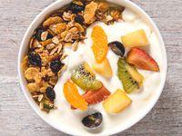 Yogurt con frutas y granola