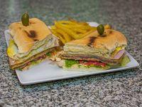 Sándwich de milanesa con papas fritas