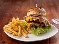 Hamburguesa chetarda doble pro con papas fritas