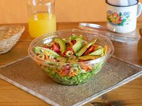 Ensalada de palta, rúcula, lechuga, zanahoria, tomate y aceitunas verdes