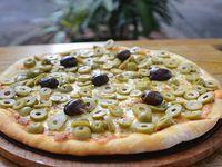 Pizza con mozzarella y aceitunas picadas