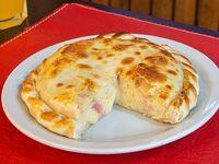 Pizza con mozzarella y jamón