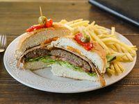 Hamburguesa casera completa con papas fritas