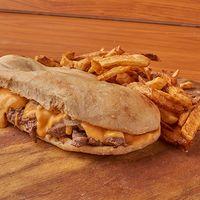Combo - Sándwich de lomo salteado con cheddar + papas fritas + bebida 500 ml