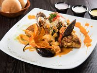 Tacu tacu con salsa de mariscos