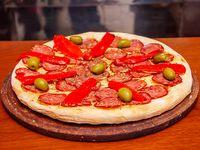 Pizza calabresa con morrones
