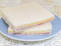 Sándwich de miga de salame y queso