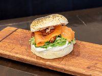Sándwich en pan bagel con salmón ahumado