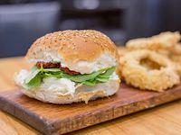Sándwich en pan bagel