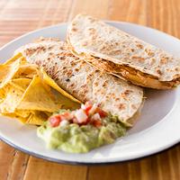 Quesadillas de Tinga de Pollo + Nachos + dip de guacamole