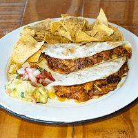 Quesadillas Gringas + Nachos + dip de guacamole