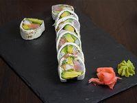 Roll cream palta, salmón, camarón, cebollín y alga nori, envuelto en queso crema flambeado