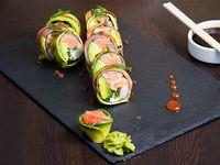 Roll Hot Rainbow palta, salmón, camarón, cebollín, queso crema y alga nori, envuelto en salmón y palta