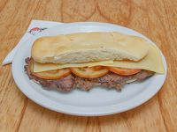 34 - Lomito con queso y tomate