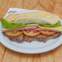 35 - Lomito con queso, cebolla, tomate y lechuga