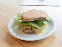 360 - Sándwich de soja con queso, tomate, cebolla y lechuga