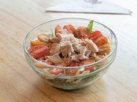 770 - Ensalada de pollo, rúcula, cebolla morada, parmesano, tomates y albahaca